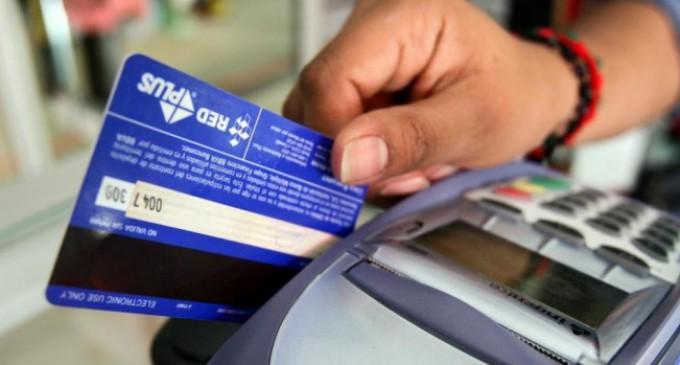 La devolución del 5% del IVA para compras con débito seguirá durante 2015