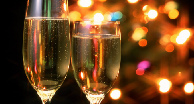 Celebremos y brindemos juntos en estas fiestas